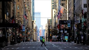 Un peatón cruza la quinta avenida en Nueva York.