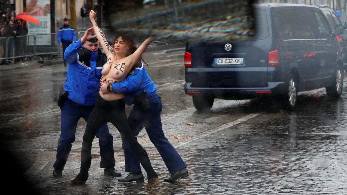 Dos activistas de Femen protestan ante Trump en las conmemoraciones de Paris