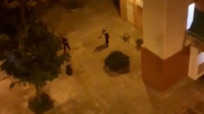 La policía reduce a un hombre que blandía un cuchillo en una calle de Sant Vicenç dels Horts.