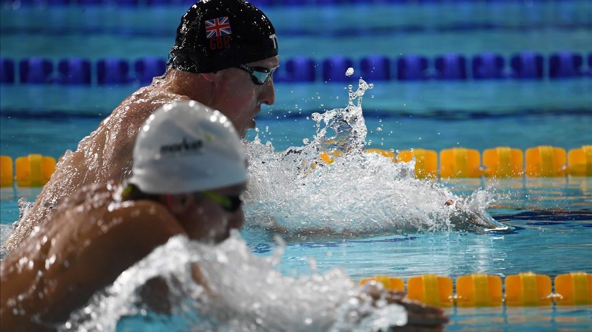 Pons, en primer término, lucha con el británico Litchfield en la final de los 400 metros estilos.