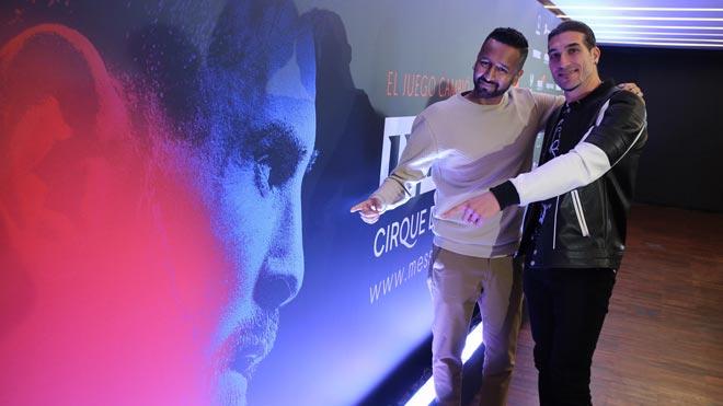 Presentación del espectáculo 'Messi10'. En la foto, Mukhtar O.S. Mukhtar, director del espectáculo, y José Manuel Pinto, en La Pedrera, dondehan hablado del 'show'.