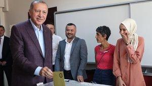 El presidente Erdogan en el momento de ejercer la votación.