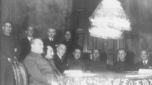 El primer consejo de ministros de Francisco Franco en enero de 1938.