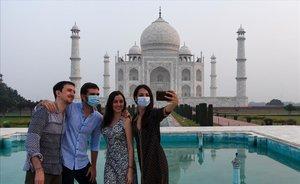 Primeros turistas en el Taj Majal tras su reapertura tras medio añ cerrado por el coronavirus.