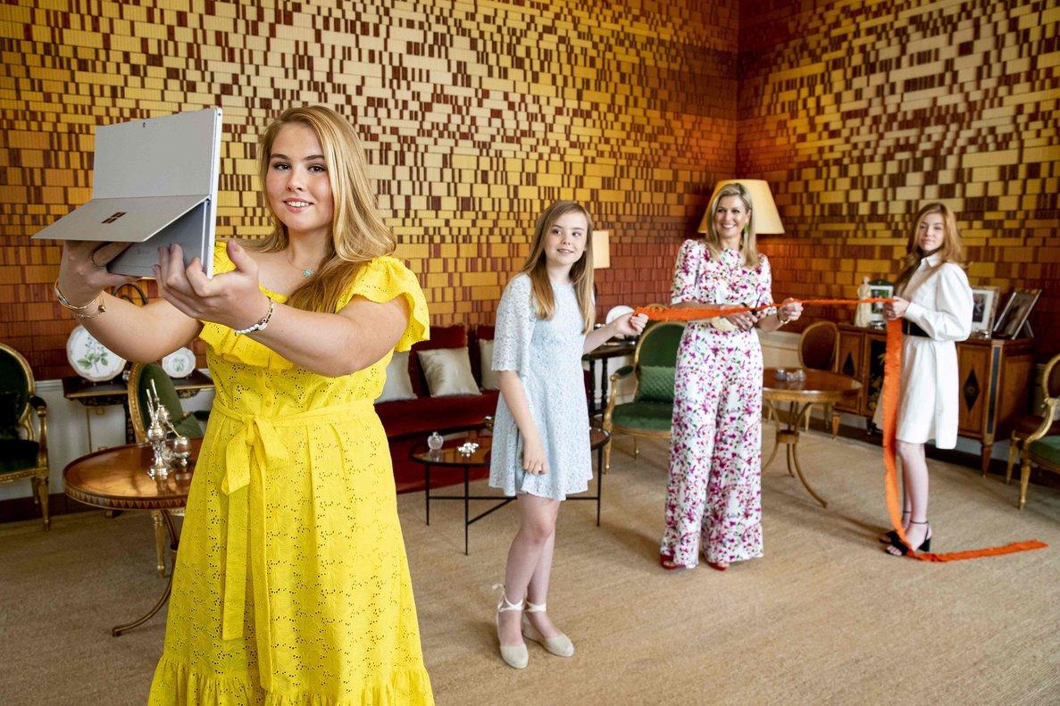 La princesa Amalia, de amarillo, junto a su madre y sus hermanas, Alejandra (derecha) y Ariadna (segunda por la izquierda).