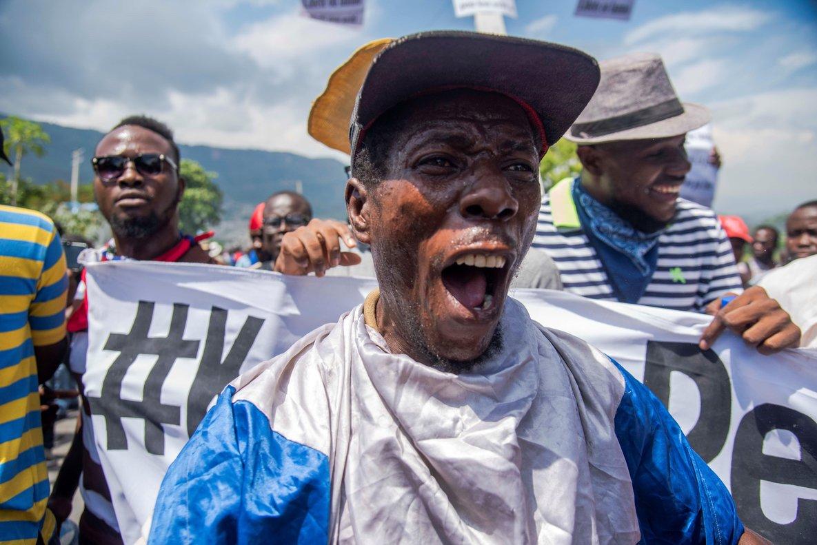 Las protestas se extendieron también a la ciudad de Los Cayos, donde los manifestantes cerraron las puertas de varias oficinas gubernamentales.
