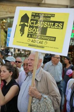 Protesta por las cláusulas suelo ante la sede de la UE de Barcelona en junio del 2013.