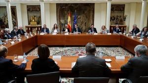 El presidente del Gobierno, Mariano Rajoy, reunido con representantes de asociaciones de victimas del terrorismo en el Palacio de la Moncloa.