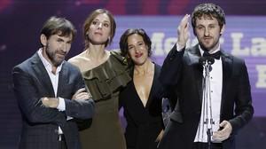 Raúl Arévalo, junto a la productora de Tarde para la ira, Beatriz Bodegas, y sus protagonistas, Ruth Díaz y Antonio de la Torre, en Sevilla, donde recogieron el Forqué a la mejor película.