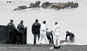 Rescate del cuerpo de una de las personas ahogadas en el Tarajal.