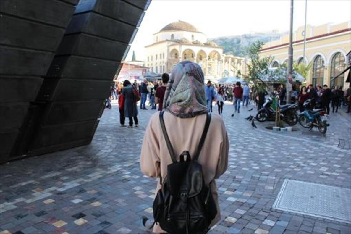 Una de las redactoras de 'Aves Migratorias', en la plaza de Monastiraki (Atenas).