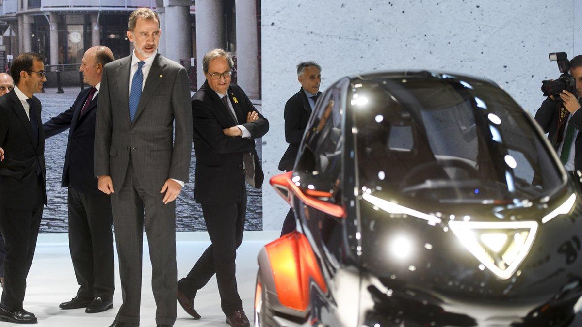 El Rey Felipe VI observa el Seat Minimó.
