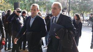 Sandro Rosell y su abogado, Pau Molins.