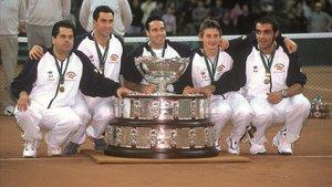 El equipo español campeón de la Davis en el 2000 con el capitánJavier Duarte a la izquierda, junto Albert Costa, Corretja, Ferrero y Balcells.
