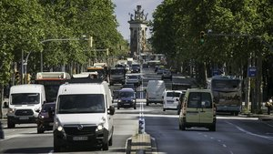 Diversos vehículos en la Gran Via de Barcelona.
