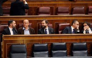 Santiago Abascal conversa con José Zaragoza en los escaños del Congreso.