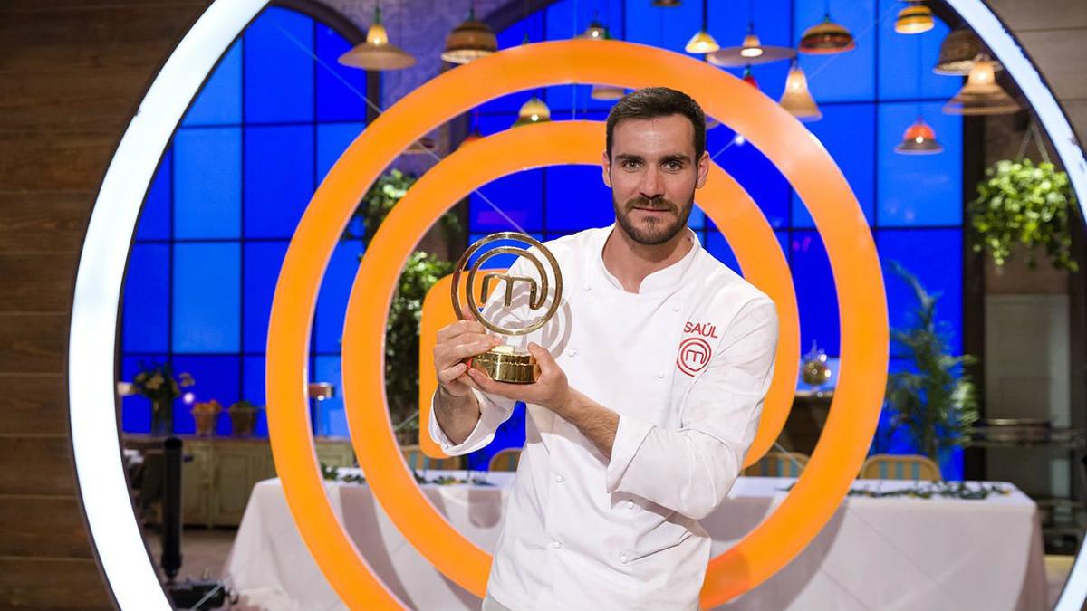 Saúl Craviotto, con el premio que le acredita como ganador de Masterchef celebrity 2.