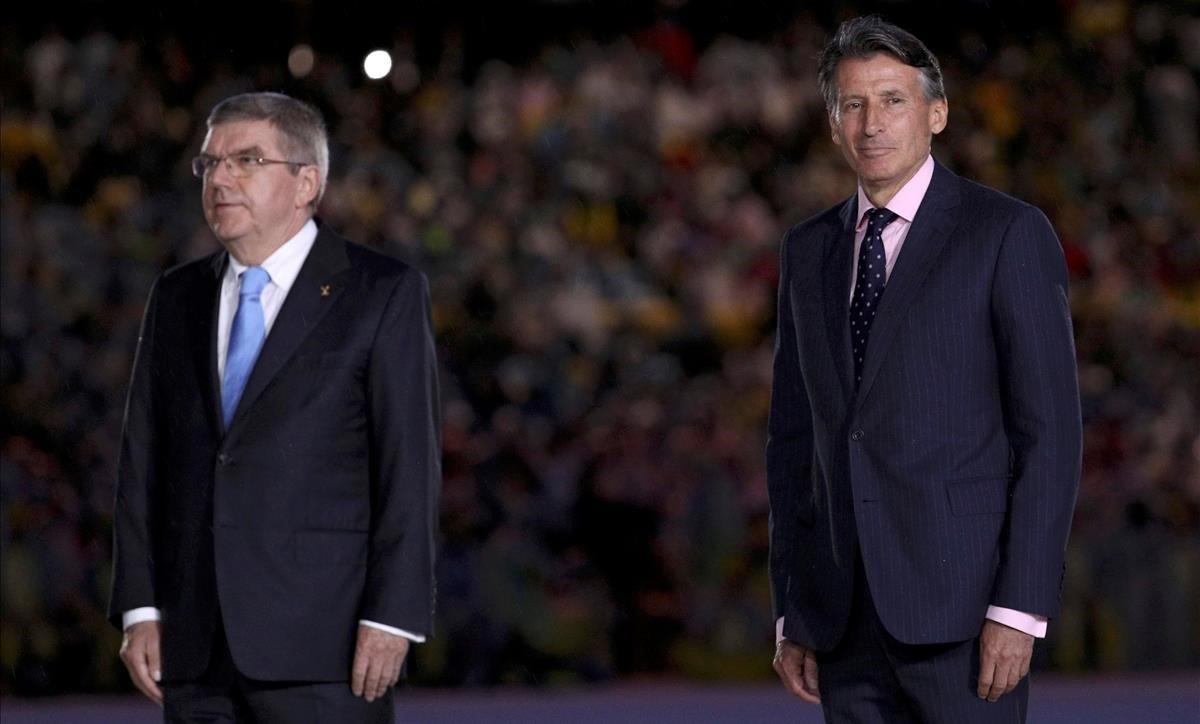 Sebastian Coe, a la derecha, junto a Thomas Bach, presidente del COI, durante los Juegos de Río 2016.