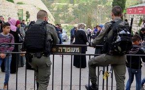 Seguridad en los alrededores de la Puerta Dorada que se levanta imponente en la muralla de Jerusalén.