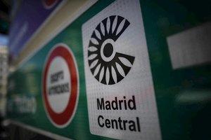 Señal de tráfico con el logo de Madrid Central.