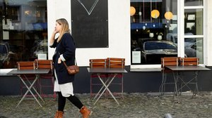 Sillas y mesas apiladas en una cafetería de Berlín.