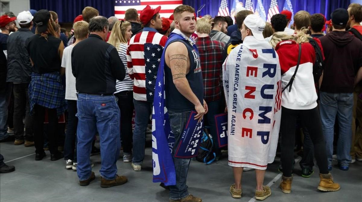 Simpatizantes de Trump esperan su llegada a un mitin en la Universidad de Wisconsin.