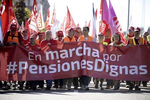 GRA223 VALLADOLID (Castilla-León), 5/10/2017.- La marcha sindical de pensionistas, que entró el pasado lunes en Castilla y León, y que tras unir ayer en Benavente (Zamora) a las columnas de Galicia y Asturias, ha tomado hoy el centro de Valladolid con medio centenar de jubilados, ha contado hoy con el refuerzo de los responsables nacionales de Políticas Sociales de UGT, Marí Carmen Barrera, y de CCOO, Carlos Bravo.EFE/Nacho Gallego