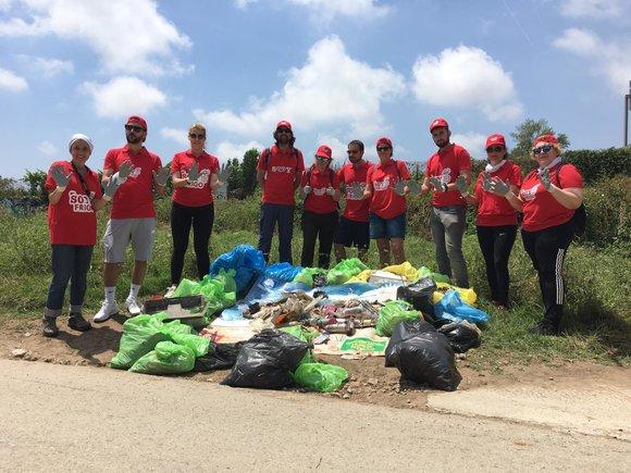 Voluntaris d'Unilever recullen més de 100 kg d'escombraries del parc de la Marina de Viladecans