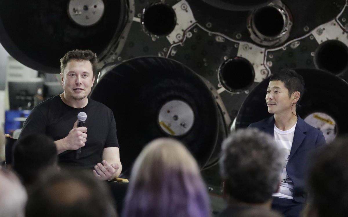 SpaceX founder and chief executive Elon Musk  left  announces Japanese billionaire Yusaku Maezawa  right  as the first private passenger on a trip around the moon  Monday  Sept  17  2018  in Hawthorne  Calif   AP Photo Chris Carlson