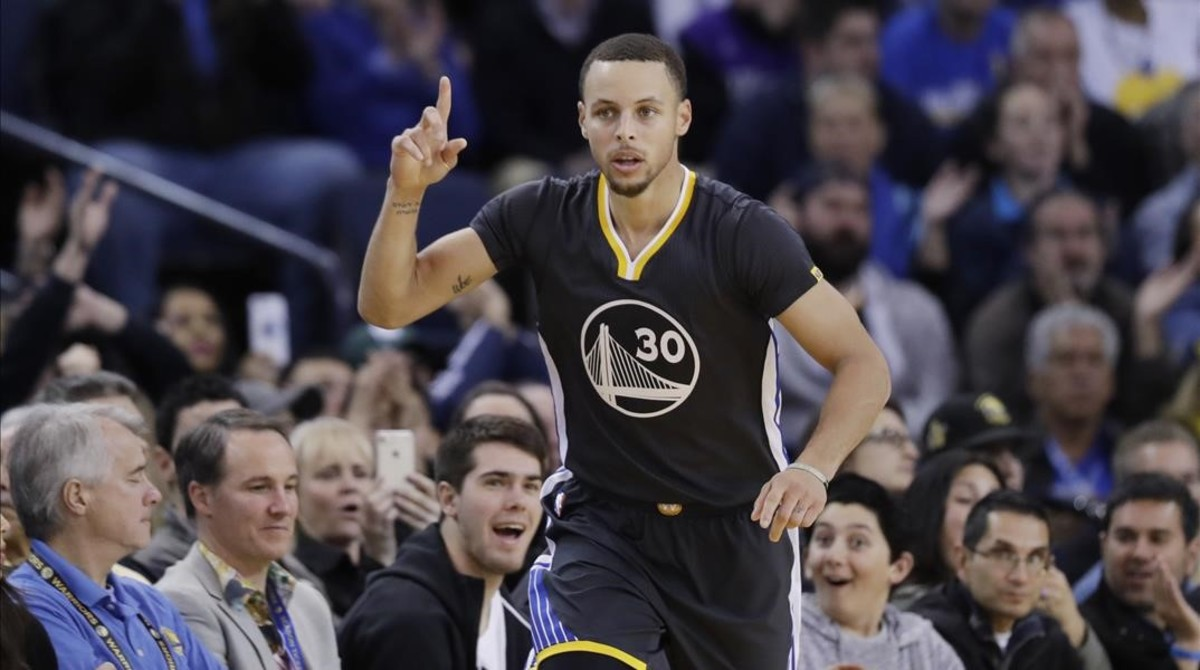 Stephen Curry celebra una canasta en el partido Warriors - Nets