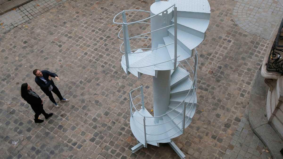 Subastarán un tramo de las escaleras originales de la torre Eiffel.