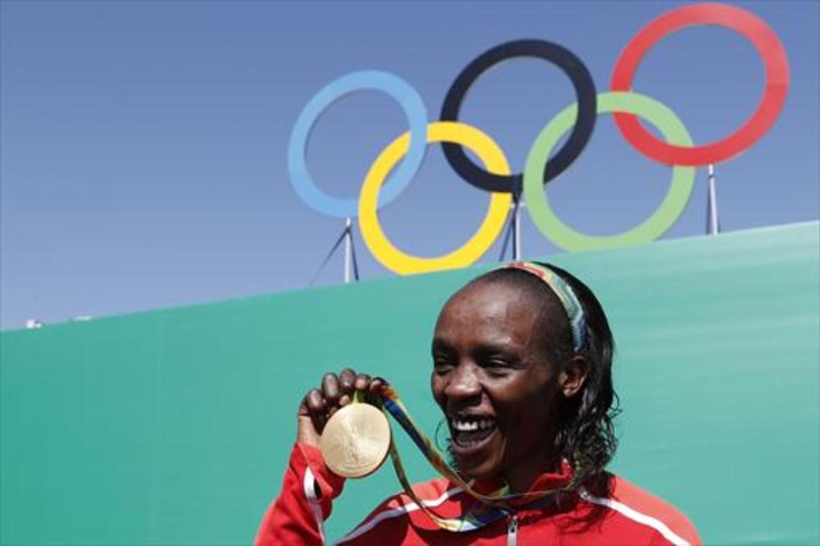 Sumgong muestra la medalla de Oro de Río.