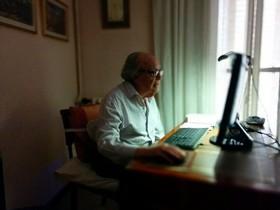 Persona mayor utilizando el ordenador.