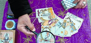 Un tarotista llegeix les cartes a la plaça de Catalunya, el 2005.