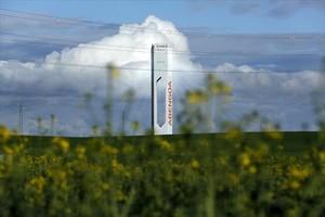 Torre de la planta de energía solar de Abengoa en Sanlúcar la Mayor (Sevlla).