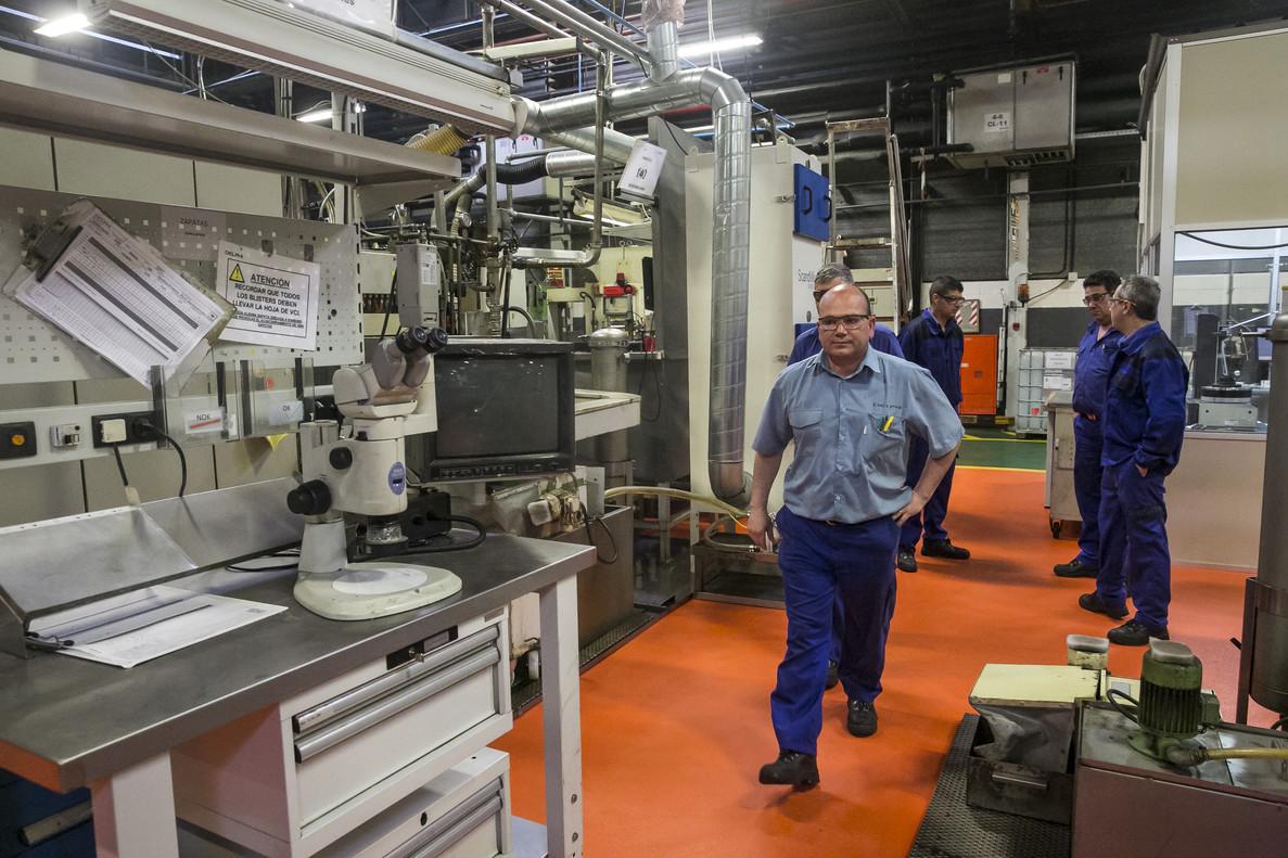 Trabajadores en la planta de de la fábrica Delphi de Sant Cugat.