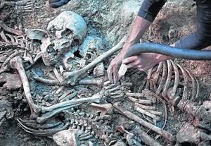 Trabajos de exhumación en una fosa común de la guerra civil, en el municipio de Gurb (Osona).