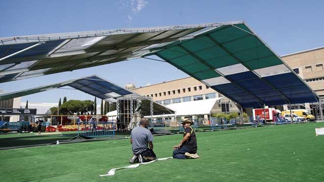 Trabajos de montaje de los escenarios del Sónar en Barcelona.