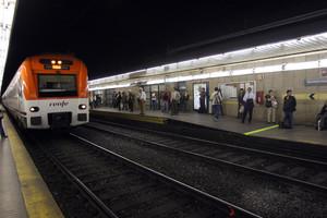 Un tren de Rodalies, en la estación de Paseo de Gràcia.