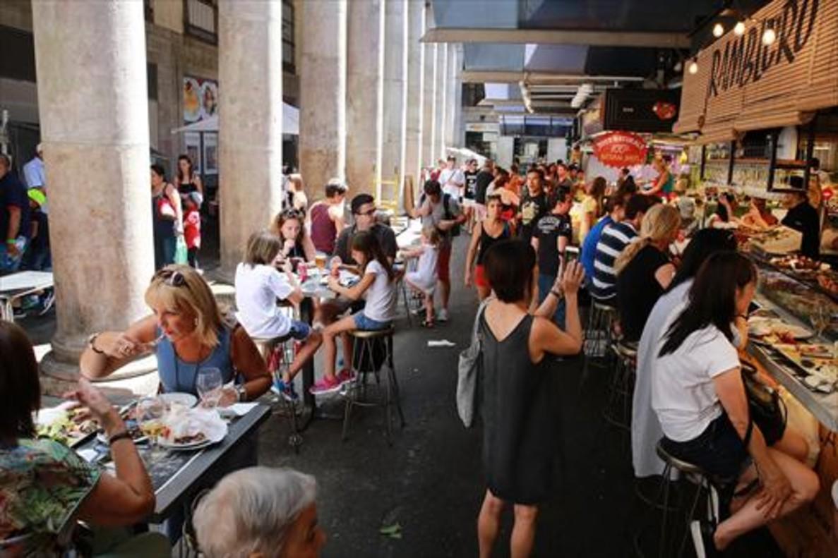 Turistas en una terraza de un bar de Madrid.