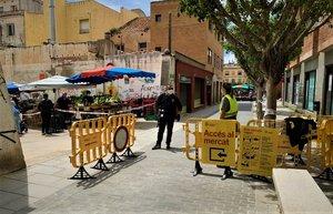 Una agente de apoyo en el control de acceso al mercado de la plaza de Cuba de Mataró.