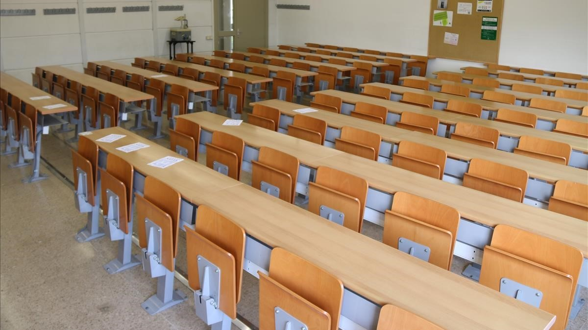Una aula vacía por la huelga del 8 de marzo en la facultad de Derecho de la UAB.
