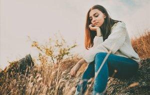 Una chica en actitud reflexiva.