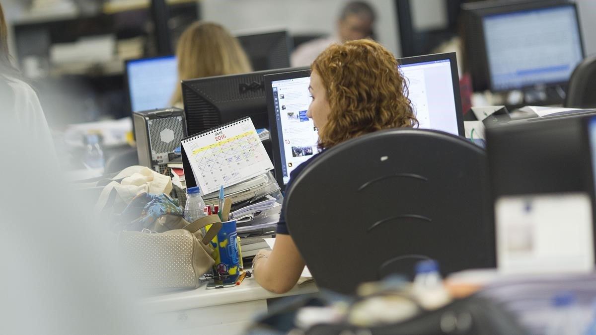 Una empleada en una oficina