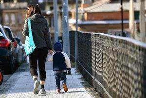 Una mujer y un niño paseando de la mano el martes.