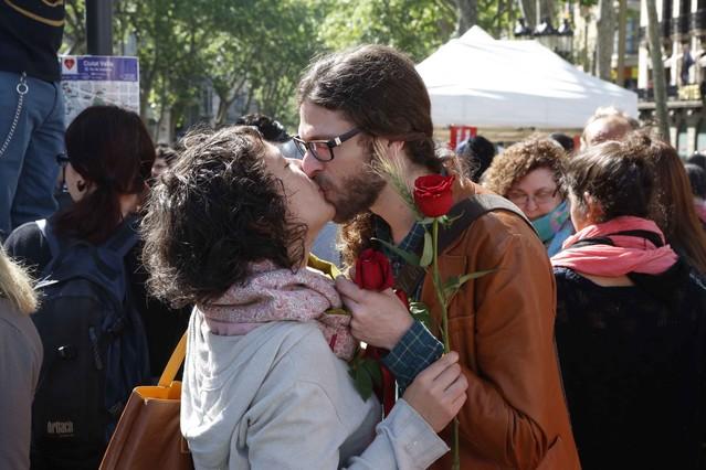 Una pareja besándose durante la diada de Sant Jordi 2014.