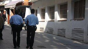 Una pareja de mossos, en Lloret, en una imagen de archivo.