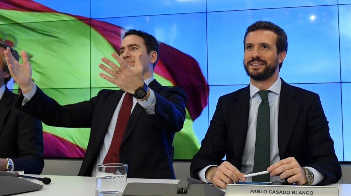 Pablo Casado (derecha) y Teodoro García Egea, en la junta directiva nacional, este lunes.