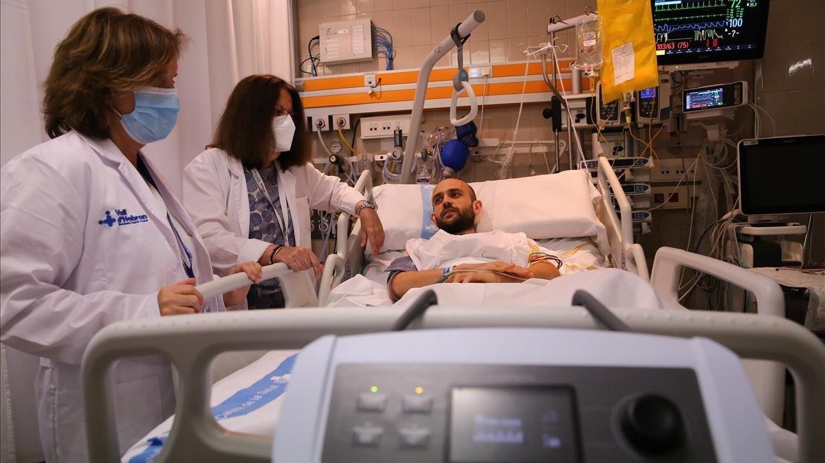 El paciente Marc Grañó, junto a la doctora Anna Accarino y la enfermera María José Sala, en la unidad de semicríticos de Vall d'Hebron, este miércoles.