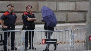 Uno de los acusados de 'la Manada' de Manresa se tapa con un paraguasa su llegada a la Audiencia de Barcelona, en una foto de archivo.